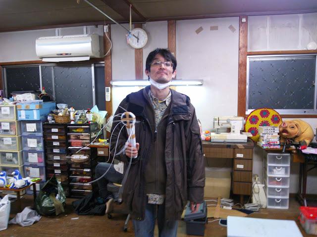 シャワーの原型を持つ本田さん